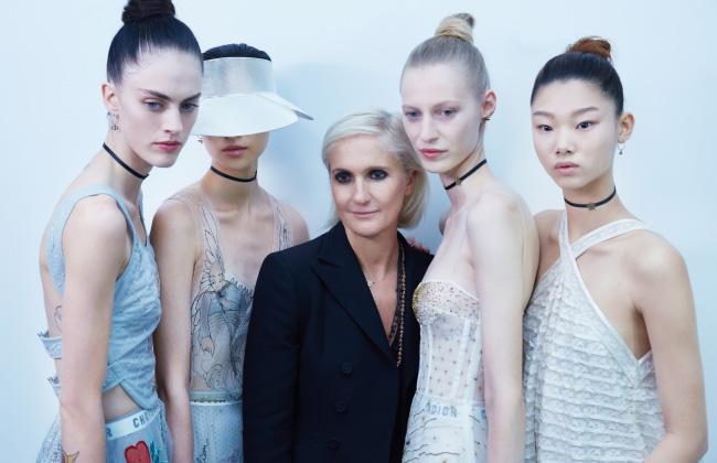 쇼를 마친 디자이너 마리아 그라치아 치우리(가운데)와 모델들. 각광 받는 모델로 떠오른 배윤영 역시 디올 쇼에 함께 했다.