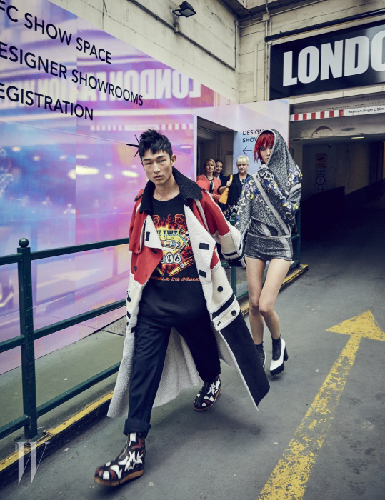 김상우가 입은 패치워크 스웨이드 코트와 스웨트셔츠, 화려한 무늬의 부츠는 모두 KTZ, 팬츠는 Margaret Howell 제품. 퐁리가 입은 반짝이 보디슈트는 Sibling, 흰색 플랫폼 힐은 Mulberry 제품.