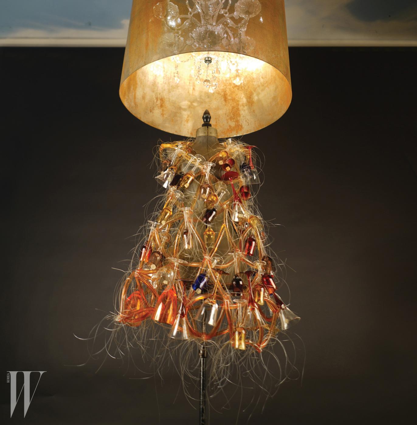 Cantabile(노래하듯이), 아크릴 위에 와인잔을 낚싯줄로 엮어 만든 드레스. 1995년 작.