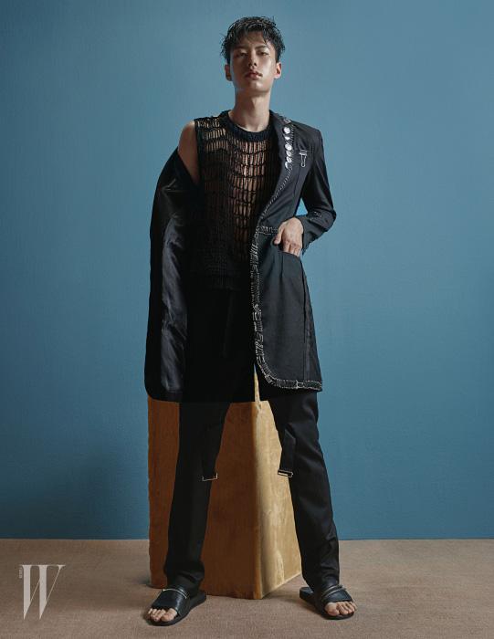 옷핀으로 장식한 재킷과 팬츠, 그물 니트, 지퍼 장식 슬리퍼는 모두 99%IS 제품.
