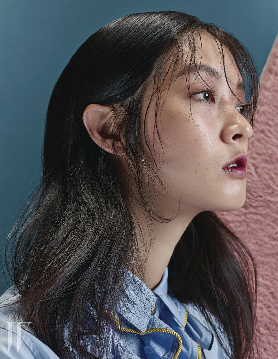 러플 장식 셔츠 블라우스는 Steve J & Yoni P 제품.