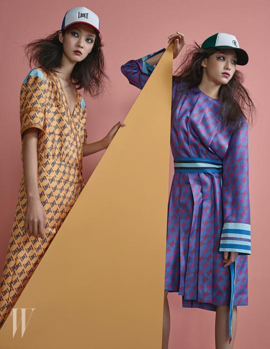 강소영이 입은 럭키 프린트 노란색 실크 드레스와 모자, 김설희가 입은 주름 장식 실크 드레스와 줄무늬 벨트, 모자는 모두 Lucky Chouette 제품.