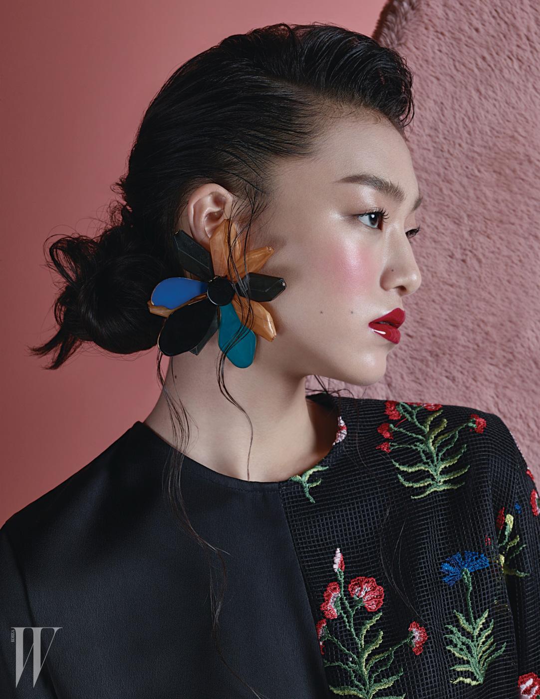 동양적인 꽃 자수 장식 블라우스, 커다란 꽃 모양 귀고리는 모두 The Centaur 제품.