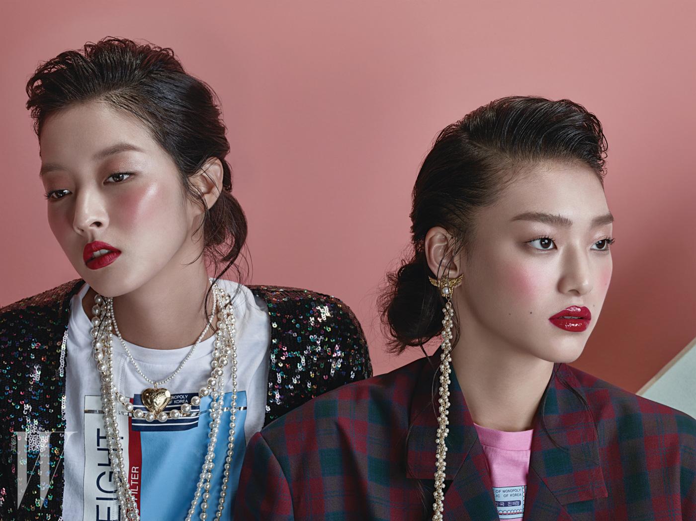 왼쪽부터ㅣ강소영이 입은 시퀸 재킷과 티셔츠, 여러 가지를 겹쳐 연출한 진주 목걸이, 김설희가 입은 체크무늬 재킷, 분홍색 티셔츠, 귀고리는 모두 The Centaur 제품.