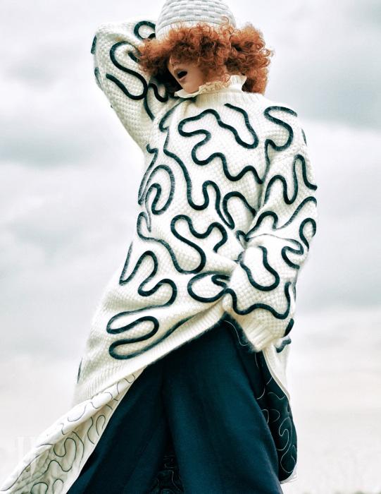 곡선 형태의 무늬가 있는 니트 톱과 바지 위에 두른 패딩 스커트는 스포트막스 제품. 가격 미정. 와이드 팬츠는 포츠 1961 제품. 가격 미정. 프릴 블라우스는 앤디&뎁 제품. 가격 미정. 니트 비니는 유니클로 × 르메르 제품. 1만9천9백원.
