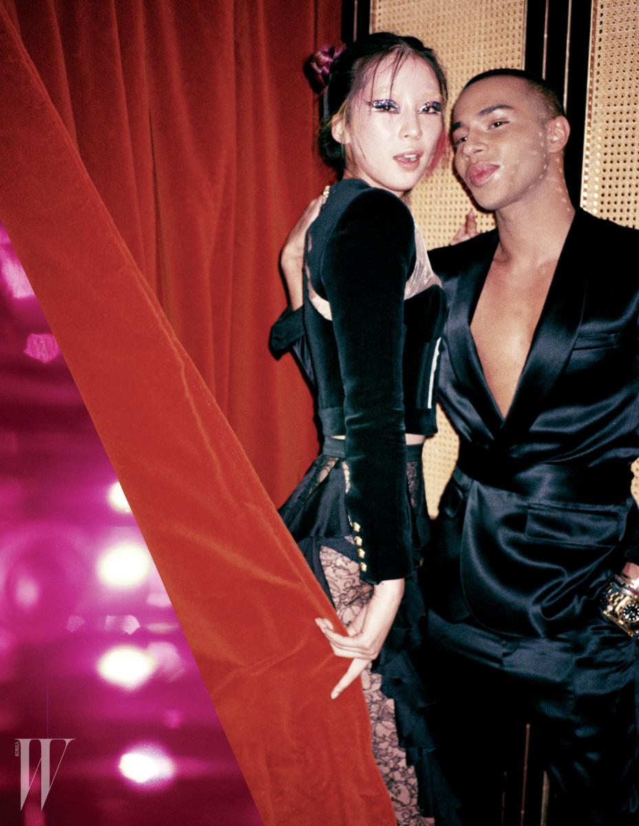 발망의 디자이너 올리비에 루스테인과 아이린. 아이린이 입은 검정 벨벳 코르셋 재킷, 레이스 장식 플레어 팬츠는 Balmain 제품.