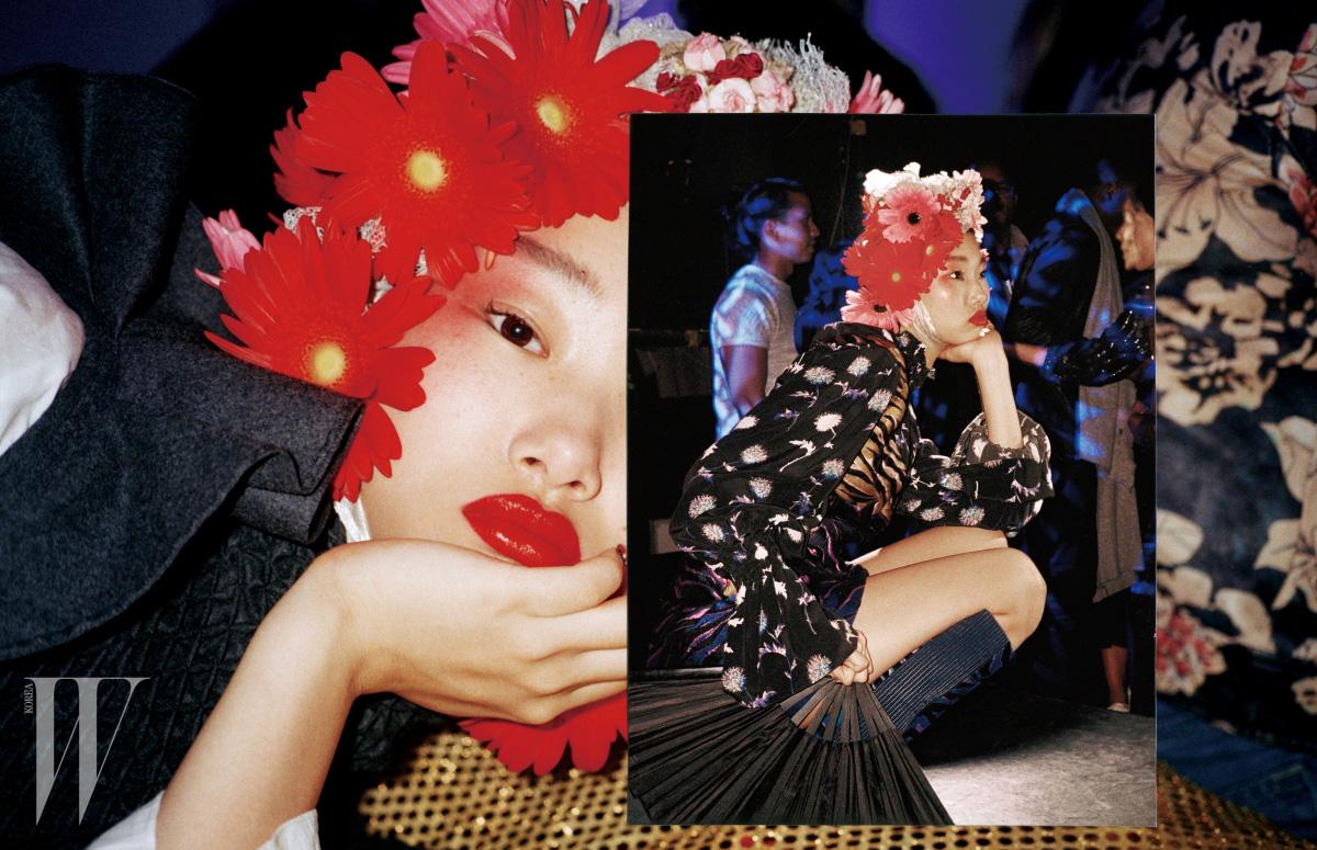 오버사이즈 호랑이 무늬 코트와 비닐 소재의 꽃무늬 부츠는 Kenzo 제품.