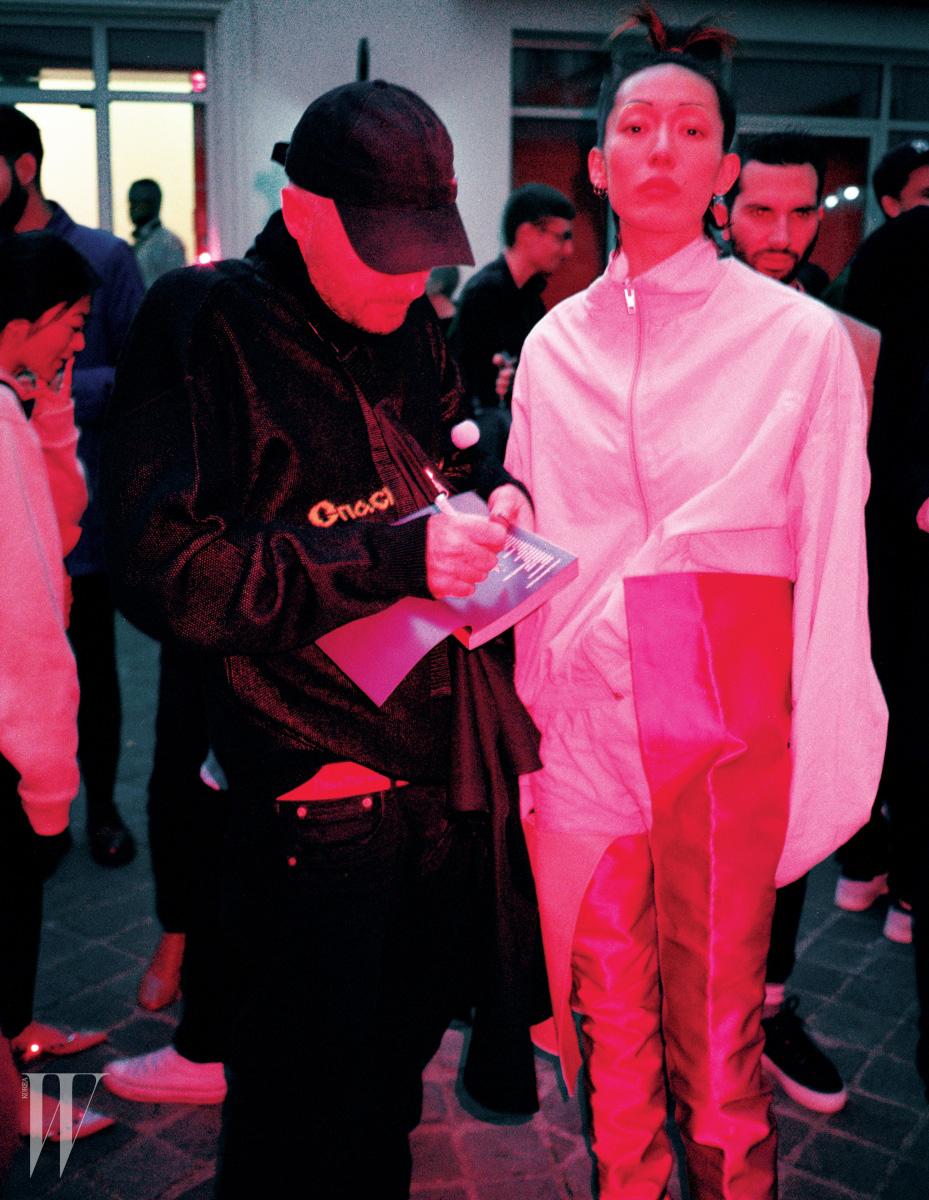지현정이 입은 연한 핑크색 트레이닝 재킷과 팬츠, 핫 핑크 사이하이 부츠는 모두 Vetements 제품.