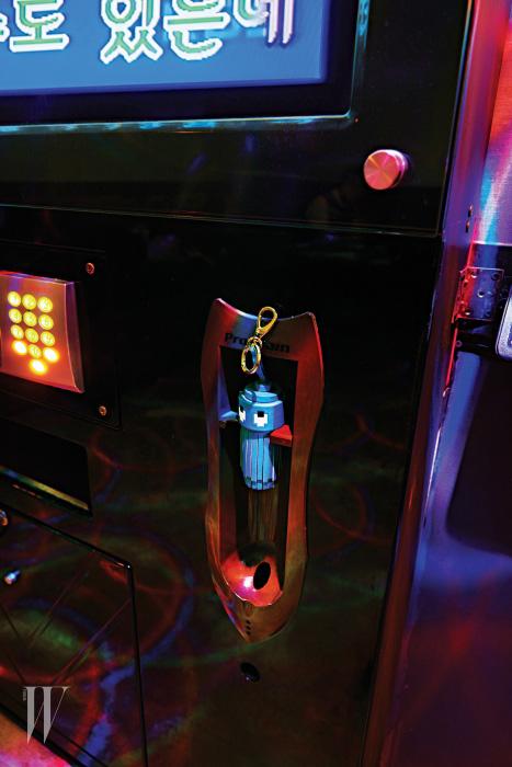 태슬 장식의 위트 있는 키링은 안야 힌드마치 제품. 30만원대.