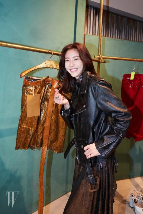 배우 손담비는 골든구스디럭스 브랜드의 옷을 천천히 둘러보며 취재진을 향해 하트를 날렸다.