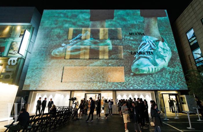 청담동 한스타일 플래그십 스토어에서 진행된 론칭 15주년 기념 파티. 밤이 되자 건물을 뒤덮은 스크린이 더욱 웅장하게 느껴졌다.