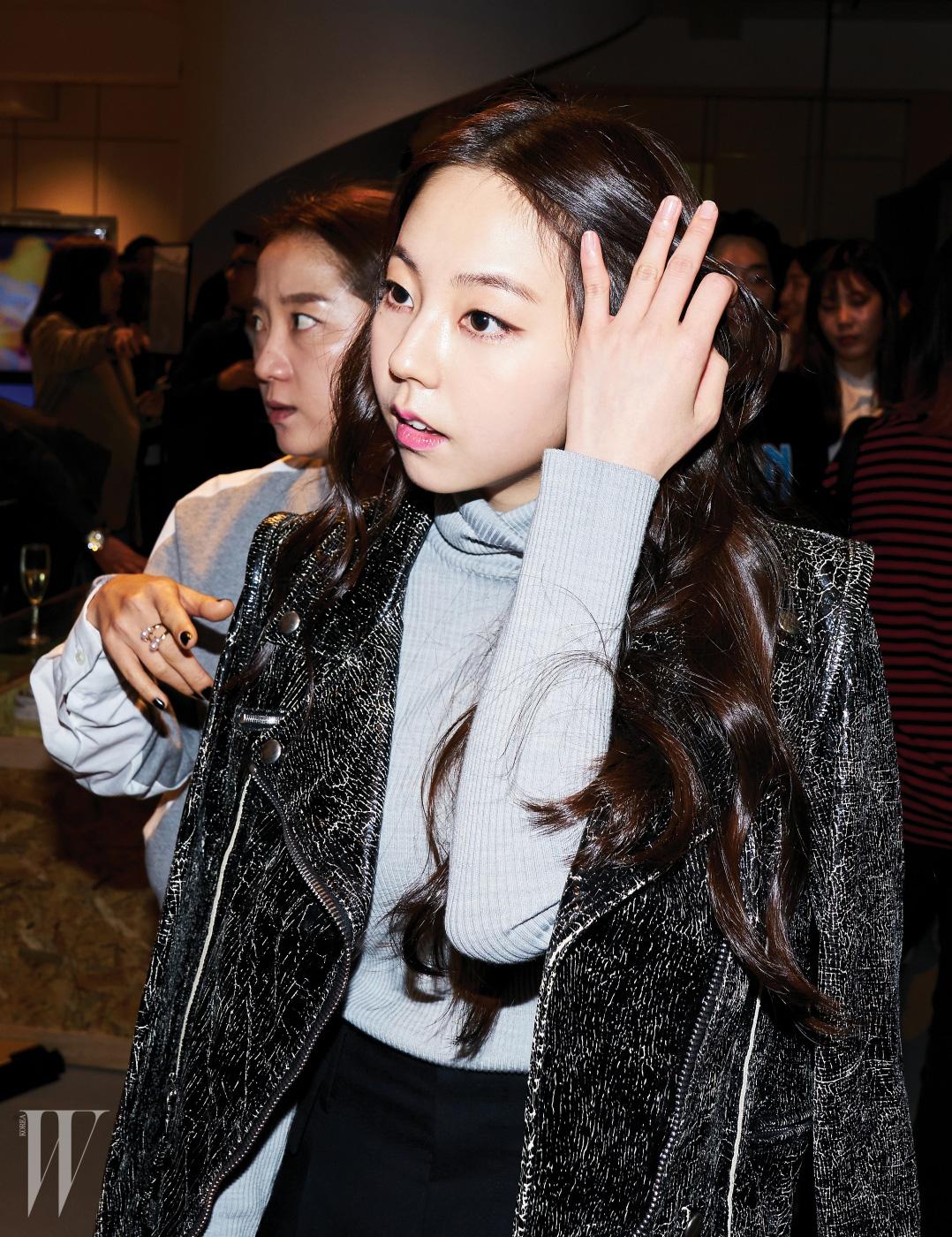 빈티지한 워싱이 눈에 띄는 골든구스디럭스 브랜드의 가죽 재킷을 걸친 배우 안소희.