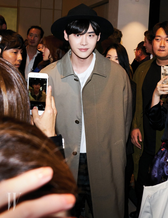 배우 이종석은 수많은 방문자들에게 밝은 모습으로 응대했다.