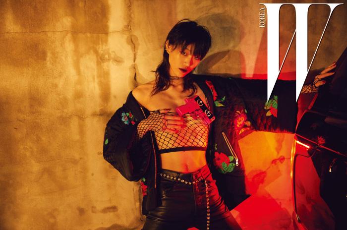 큼직한 꽃 자수가 특징인 기모노 스타일의 집업 점퍼는 Kenzo x H&M, 몸에 꼭 맞는 검은색 데님 팬츠는 Saint Laurent 제품. 크리스털 벨트는 에디터 소장품.