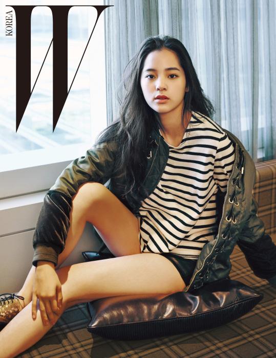 첼리스트이자 배우인 오우양 나나는 클래식 음악의 심오함과 엄격함, 연기의 일상성을 번갈아 표현할 수 있어 좋다고 말하는, 어른스러운 열여섯 살이다.