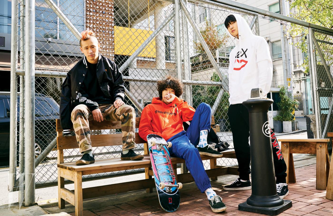 (왼쪽부터) 맹민호가 입은 야구점퍼는 피자 스케이트보드 by 하이드앤래이드, 긴소매 티셔츠는 미스치프×페니스콜라다 제품. 이재민이 입은 후드와 팬츠는 디스이즈네버댓 제품. 전준영이 입은 후드와 반소매 티셔츠는 섹스 스케이트보드, 팬츠는 블랙아이패치 by 웍스아웃 제품.