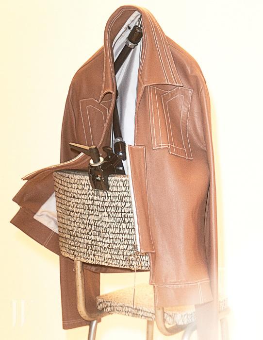 기하학적인 커팅, 스티치가 돋보이는 더 시리우스의 가죽 재킷.