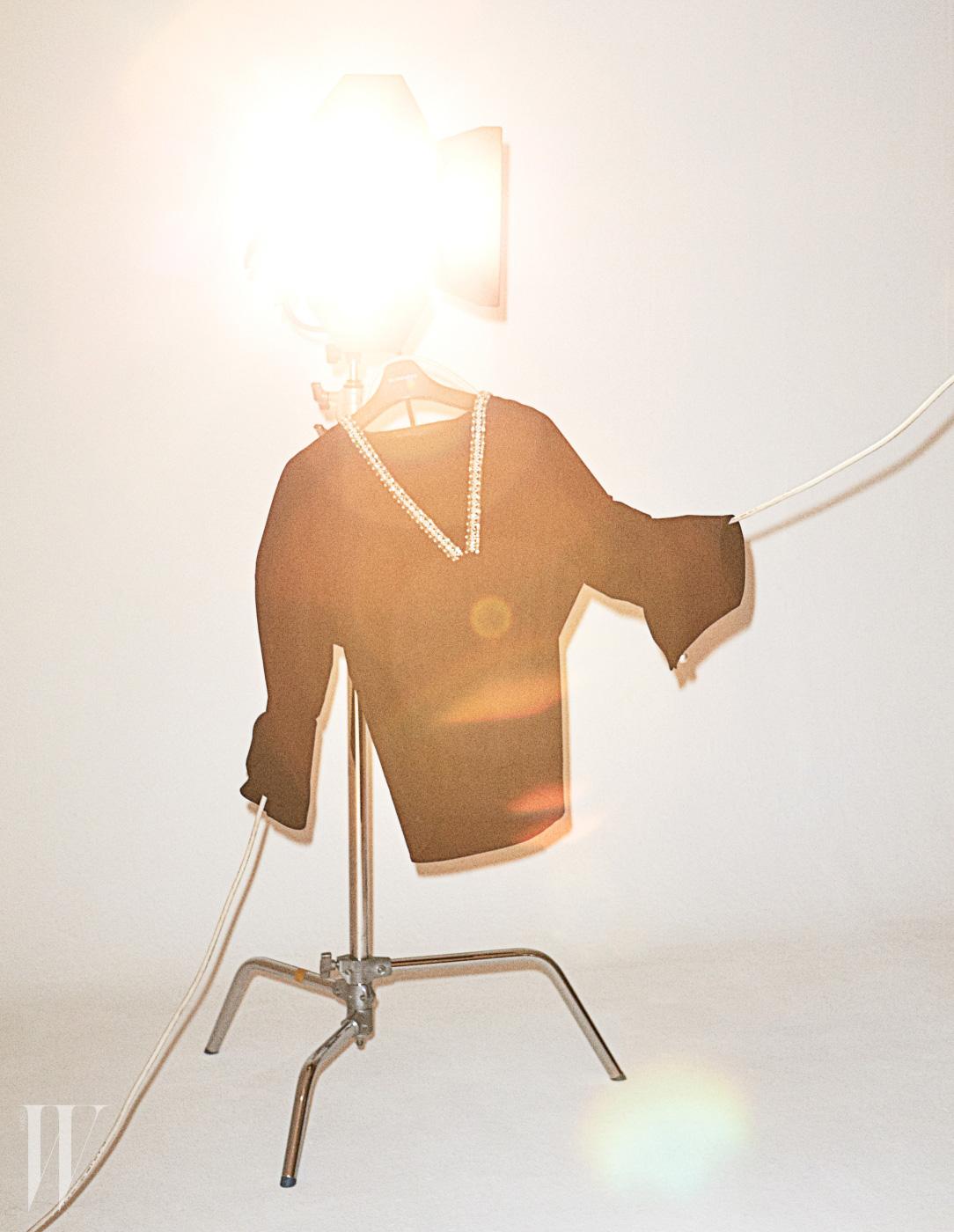 장식적인 요소와 미니멀한 실루엣의 조합. 블라인드니스의 유니크한 셔츠.