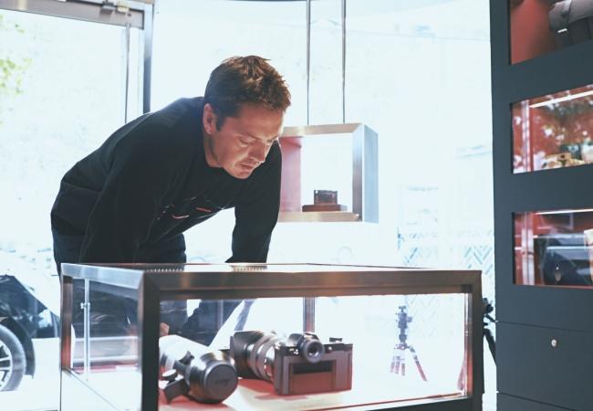스토어에 들어서자마자 진열된 렌즈와 카메라를 살펴본 마커스 웨인라이트. 제품마다 어떤 기능이 있는지 꿰고 있을 만큼 사진에 대한 지식이 해박했다.
