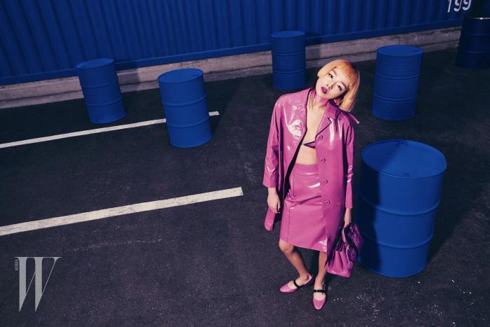 가죽 코트, 스커트, 슈즈, 가방은 모두 Bottega Veneta 제품.