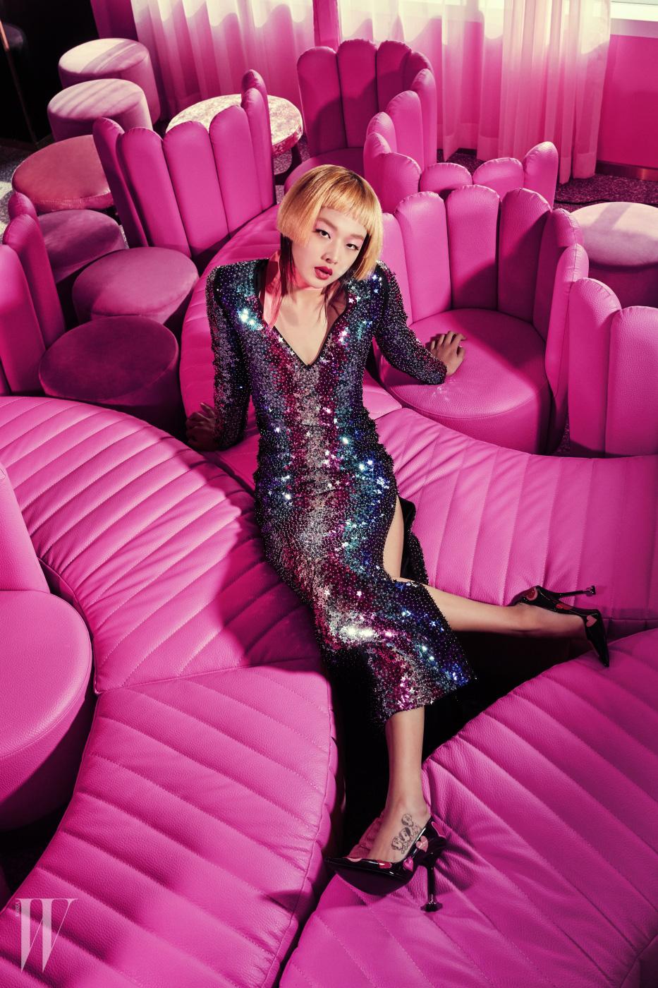 반짝이는 별로 뒤덮인 드레스는 Dsquared2, 하트 장식 힐은 Prada 제품.