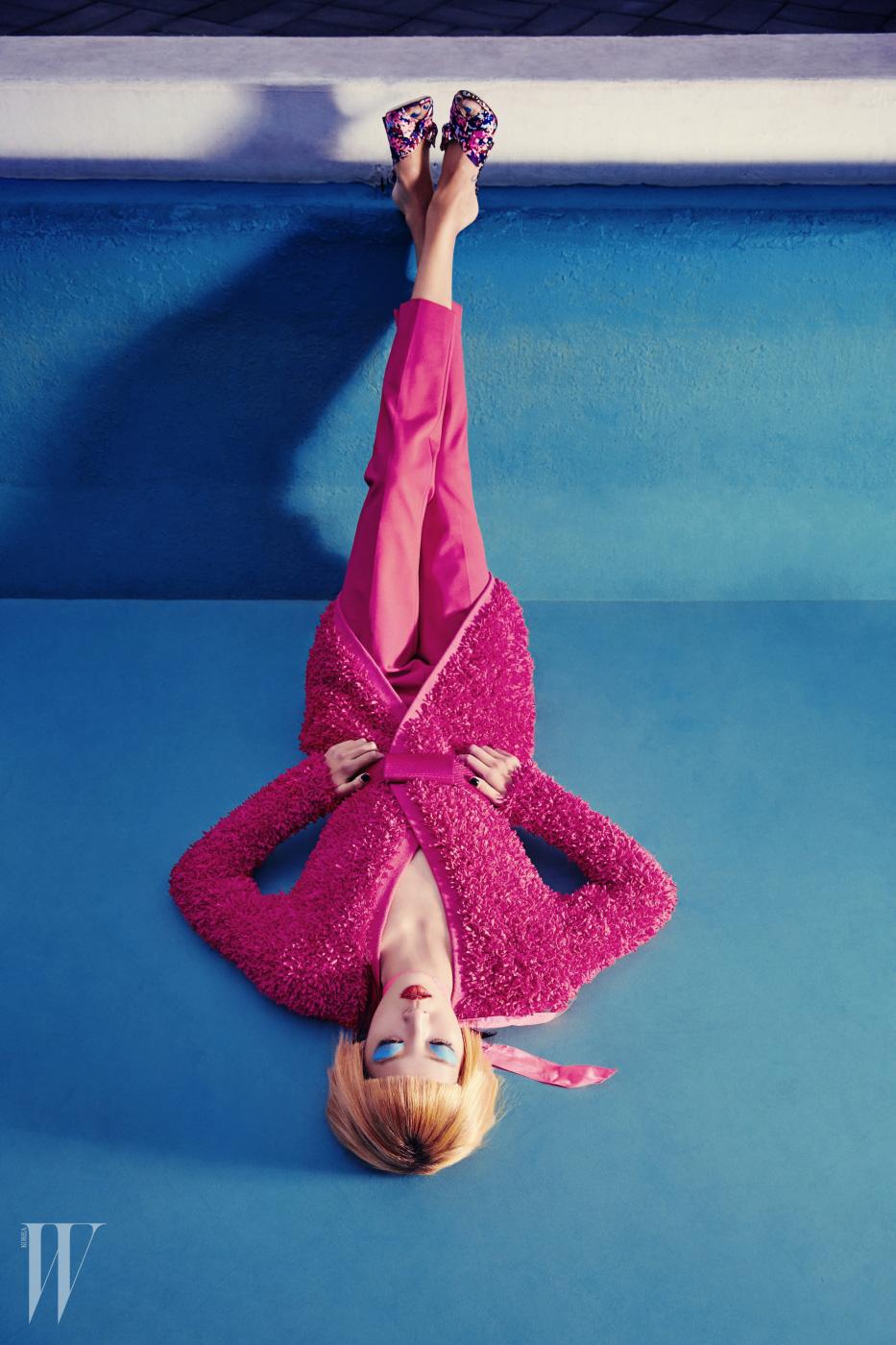입체적인 질감의 코트, 벨트, 팬츠는 모두 Max Mara, 꽃무늬 뮬은 Jimmy Choo 제품.