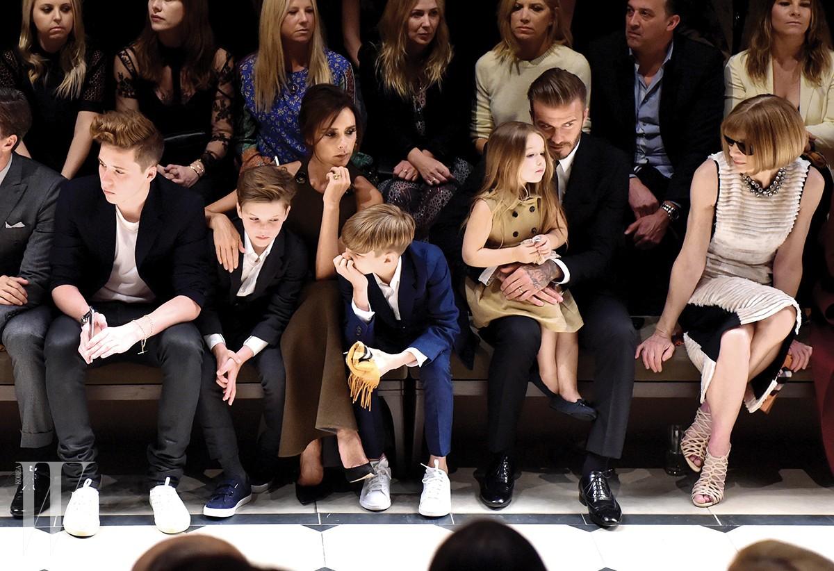 (왼쪽에서 첫 번째) 브루클린 베컴(Brooklyn Joseph Beckham) / 1999년생 / 부: 데이비드 베컴 / 모: 빅토리아 베컴 & (왼쪽에서 다섯 번째) 하퍼 세븐 베컴(Harper Seven Beckham) / 2011년생