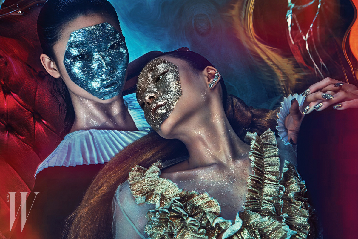 모델 배윤영(왼쪽)이 입은 주름 장식 칼라의 벨벳 드레스는 Ralph Lauren Collection 제품. 모델 김설희(오른쪽)가 입은 프릴 장식 메시 드레스 YCH, 이어커프로 이어지는 주얼 장식 이어링은 Tani by Minetani 제품.