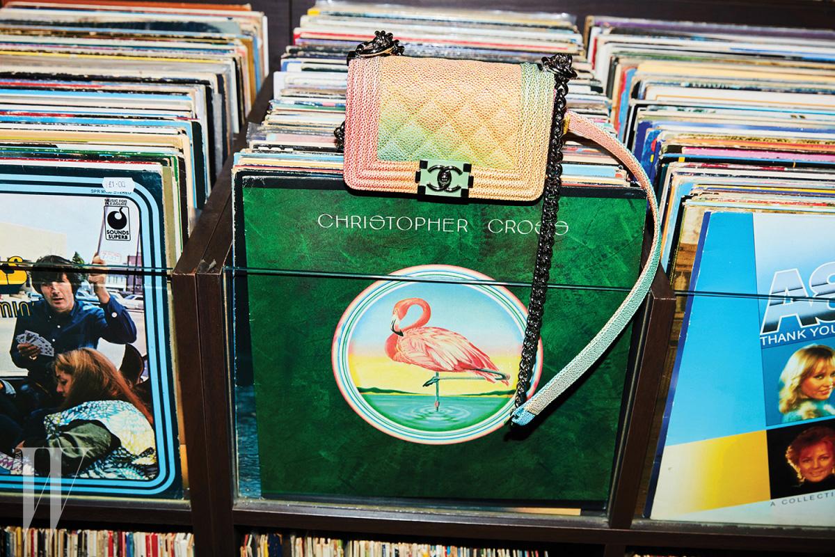 플라밍고가 그려진 크리스토퍼 크로스의 앨범과 함께 놓인 파스텔 컬러 보이 샤넬 백은 샤넬 제품. 가격 미정.