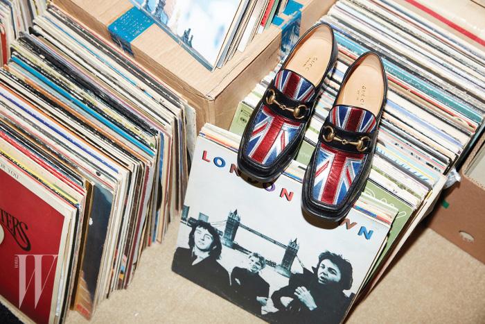 폴 매카트니의  앨범과 함께 놓인 유니언잭을 형상화한 홀스빗 로퍼는 구찌 제품. 97만원.