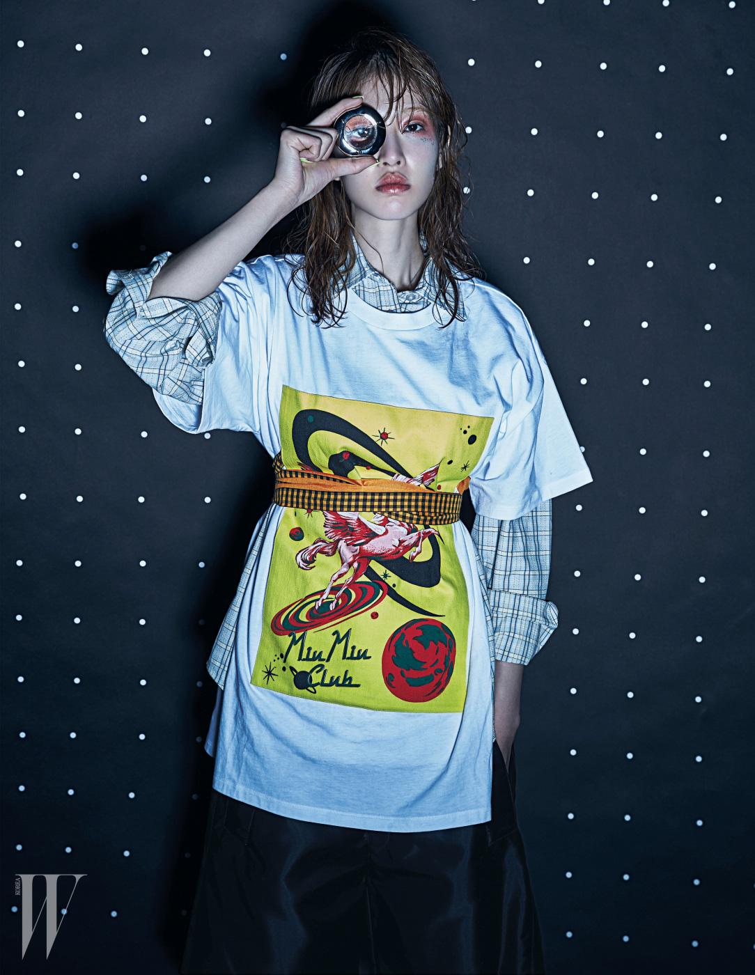 레이어드해 연출한 셔츠와 우주의 모습을 표현한 미우미우 클럽 프린트 티셔츠, 스커트와 벨트는 모두 Miu Miu 제품.