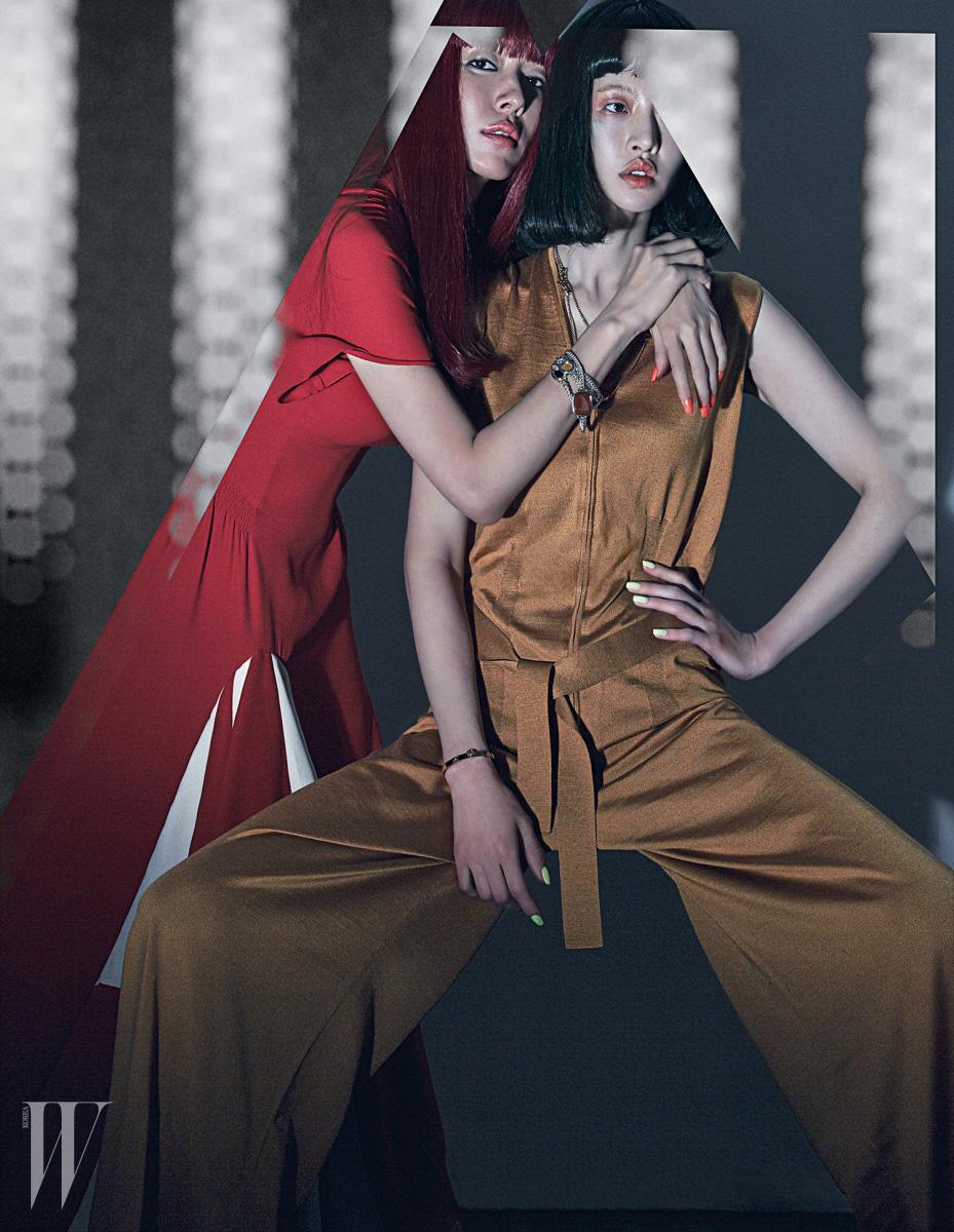 지현정이 착용한 붉은색 드레스와 손목에 팔찌처럼 연출한 원석 장식 목걸이, 유지안이 착용한 캐멀 색상의 점프슈트와 체인 목걸이, 팔찌는 모두 Hermes 제품.