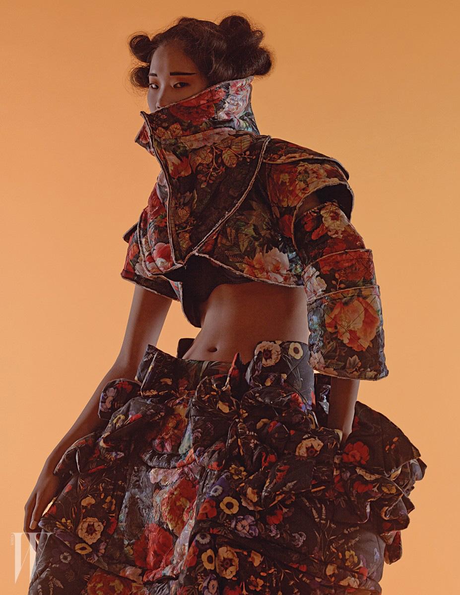 예술적인 실루엣의 크롭트 재킷과 스커트는 모두 꼼데가르송 제품. 가격 미정.