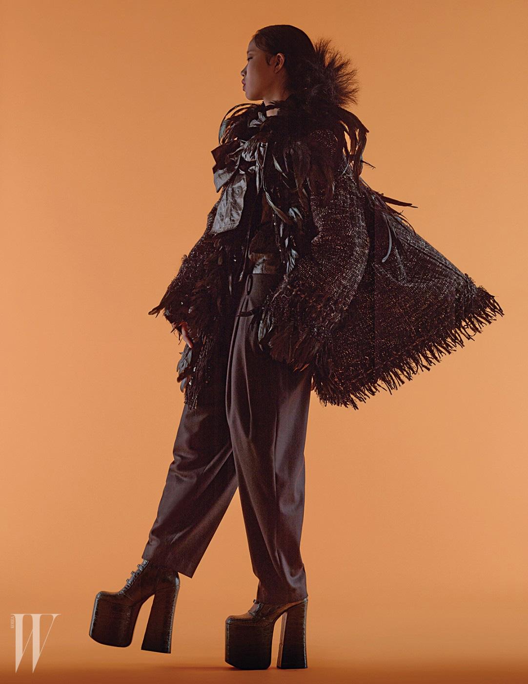 깃털 장식 트위드 재킷과 커다란 리본 장식 블라우스, 플랫폼 하이힐은 모두 마크 제이콥스 제품. 가격 미정. 통 넓은 팬츠는 준지 제품. 68만원.