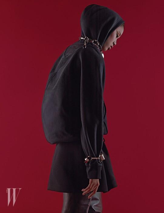 코쿤 실루엣 후디와 쇼츠, 사이하이 부츠, 메탈릭한 체인 목걸이와 팔찌는 모두 발렌시아가 제품. 가격 미정.