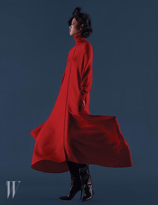 드레스는 스텔라 매카트니 제품. 1백44만원. 부츠는 발렌시아가 제품. 가격 미정.