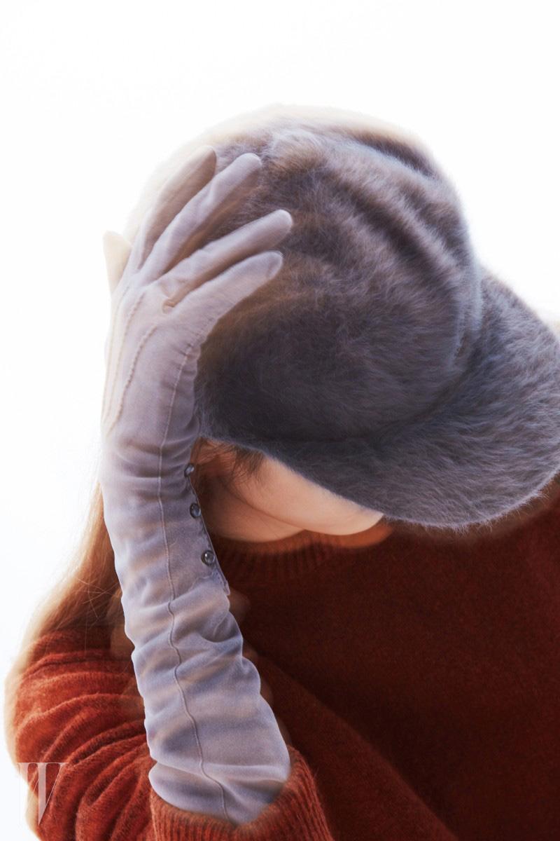 부드러운 촉감의 회색 앙고라 모자는 캉골 제품. 9만5천원. 붉은색 니트 드레스는 조셉 제품. 1백38만원.