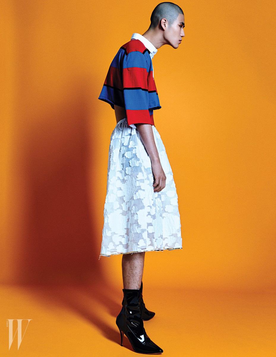 어깨가 넓은 크롭트 피케 셔츠, 살짝 비치는 흰색 개더스커트와 검정 페이턴트 하이힐 부츠는 모두 Push Button 제품.