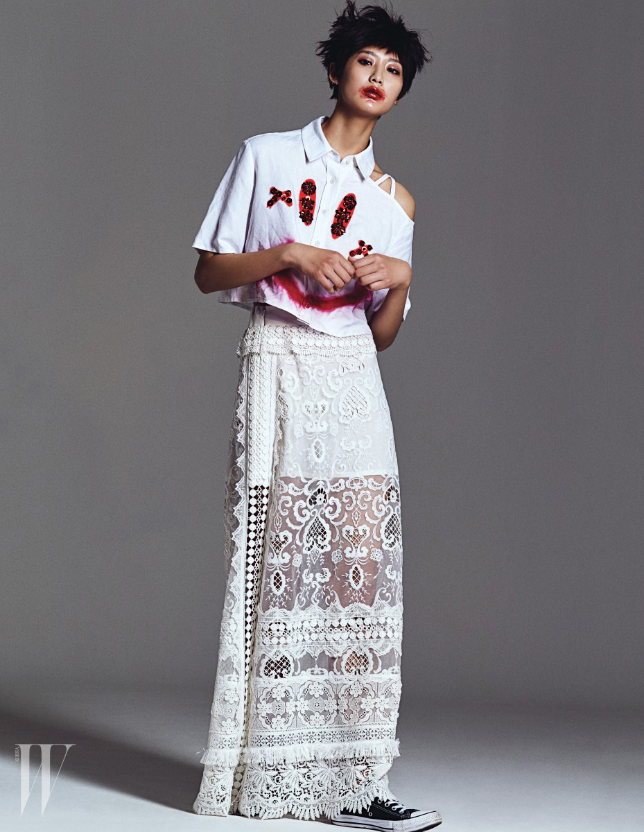 엠브로이더리 장식의 빨간 스마일 페인팅이 특징인 반소매 셔츠와 레이스 스커트는 모두 Yohanix 제품.