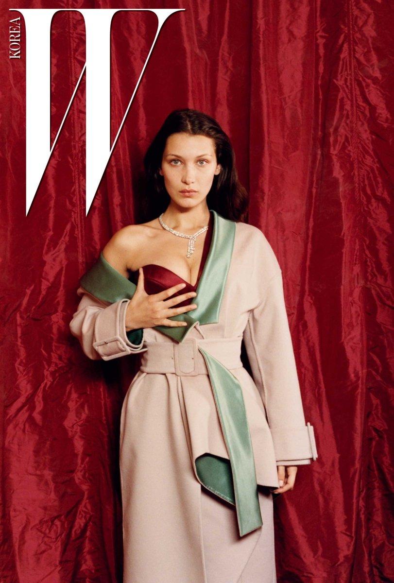 녹색 실크 라이닝이 들어간 코트와 붉은색 튜브톱 드레스는 Atelier Versace. 목걸이는 De Beers 제품.