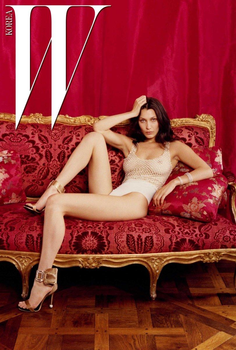 망사 장식 보디슈트는 Givenchy Haute Couture by Riccardo Tisci, 커프는 Messika Paris, 리본 장식 힐은 Roger Vivier 제품.