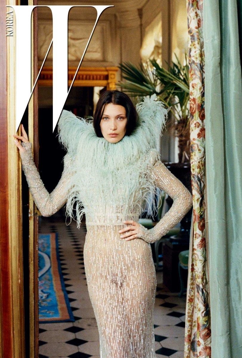 깃털 장식이 멋진 드레스는 Maison Francesco Scognamiglio 제품.