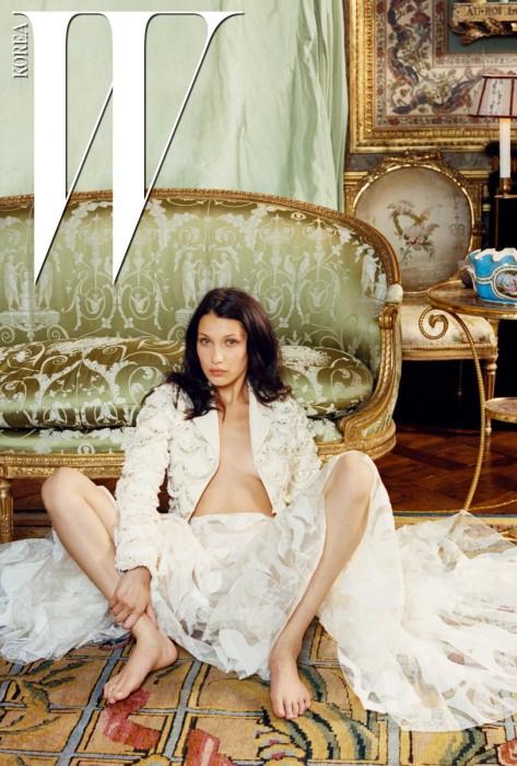 섬세한 비즈 장식의 흰색 재킷과 스커트는 Dior Haute Couture 제품.