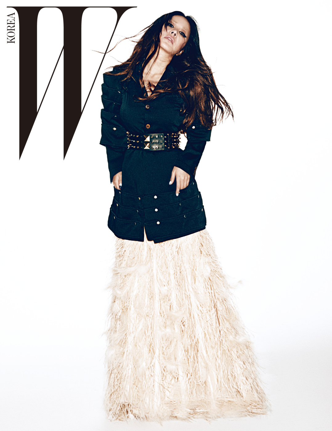 깃털 장식의 드레스는 21Defaye, 구조적인 어깨 장식이 돋보이는 재킷은 Comme des Garcons, 스터드 장식의 와이드 벨트는 Demande de Mutation by Dem Project 제품.