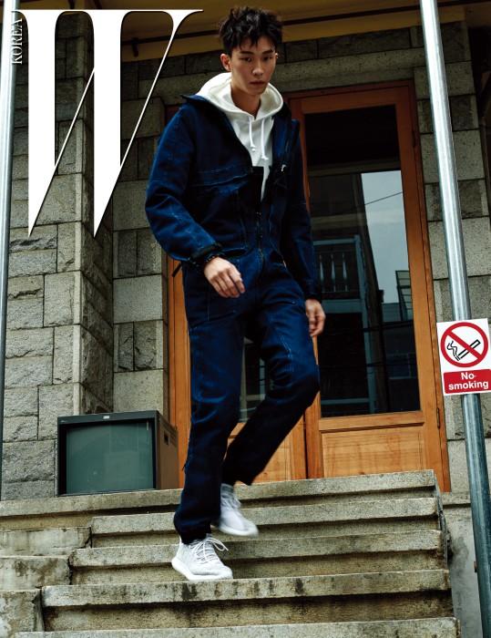 모델 안승준이 착용한 카키색 운동화는 Tubular Shadow, 회색 티셔츠는 Adidas Originals, 스커트는 Egoist, 체인 장식 트렌치는 R.Shemiste 제품.