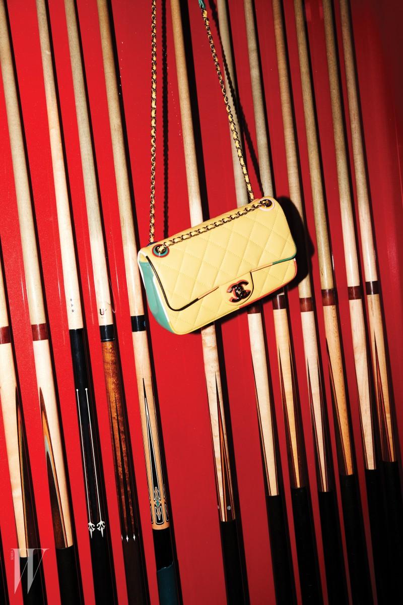 램스킨 소재의 노랑 플랩 백은 샤넬 제품. 가격 미정.