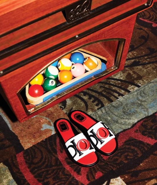 큼직한 펀칭 장식이 특징인 로고 슬리퍼는 디올 제품. 80만원대.