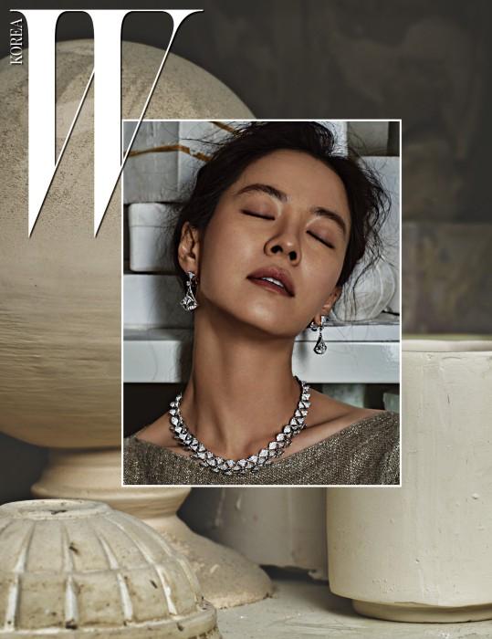 화이트 골드 소재의 다이아몬드를 세팅한 디바스 드림 컬렉션 네크리스, 화이트 골드 소재에 다이아몬드를 세팅한 디바스 드림 컬렉션 이어링 Bulgari 제품.