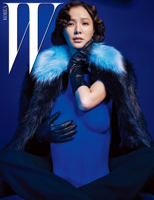 하늘색 칼라가 포인트인 퍼 코트와 안에 입은 검은색 점프슈트는 Karl Lagerfeld 제품.