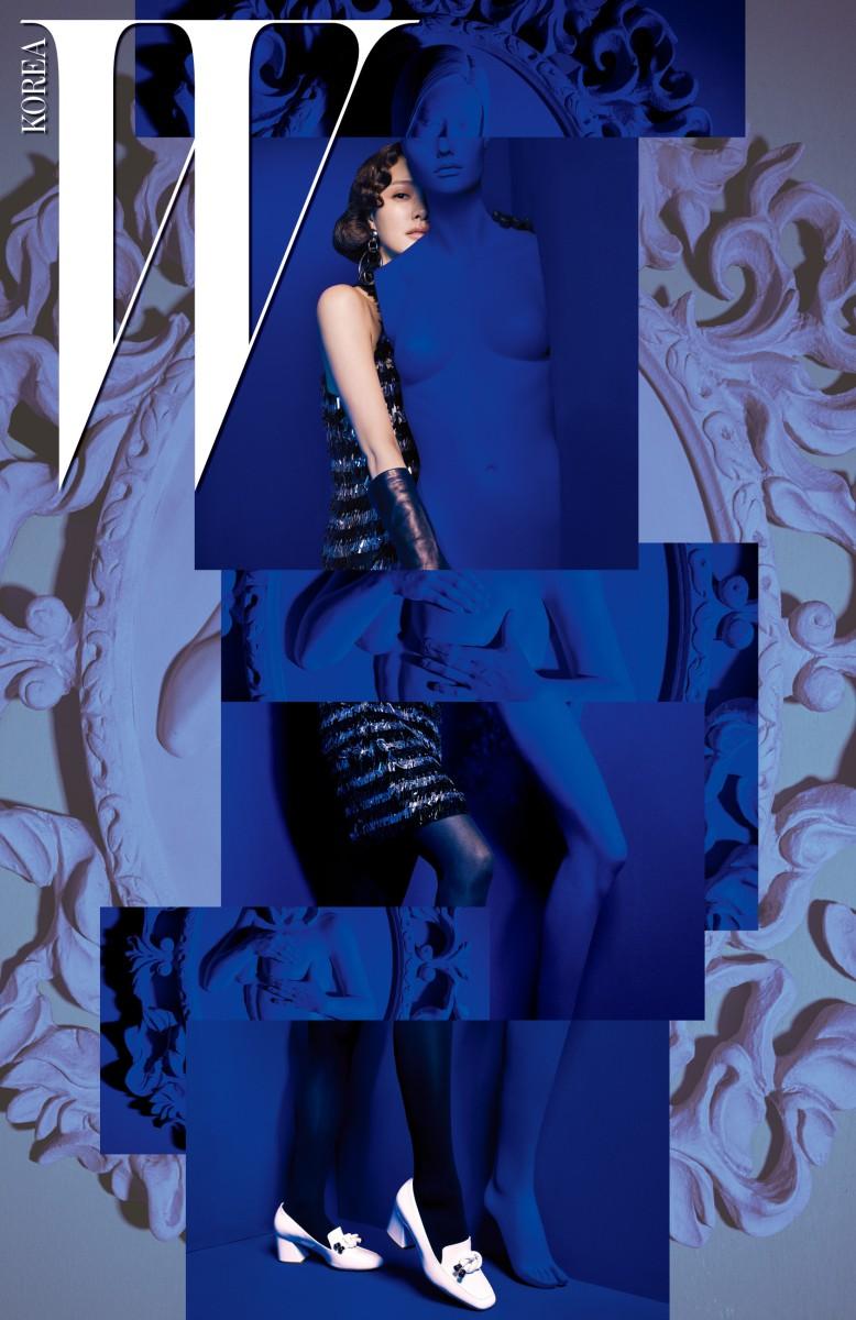 메탈릭한 프린지 장식의 홀터넥 드레스, 메탈릭한 이어링, 매듭 장식의 하얀색 펌프스는 모두 Michael Kors Collection 제품.